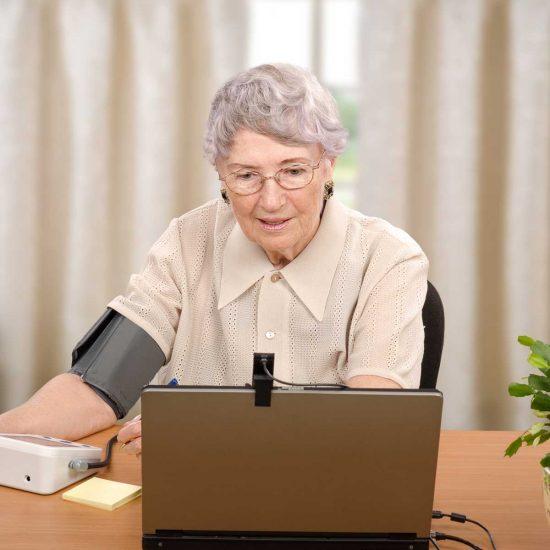 Ältere Dame, die eine Telemedizin-Anwendung nutzt.